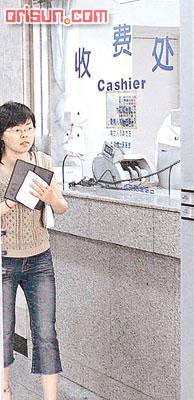 王菲生女儿花30万 李亚鹏剪脐带双手发抖(图)