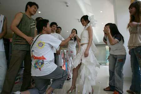 美女大学生参加环保设计 卫生巾制晚礼服(组图)