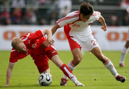 图文:瑞士轻取中国 中国郜林与瑞士马格宁拼抢