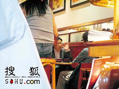 陈可辛被偷拍与美女进餐 吴君如笑骂男友(图)