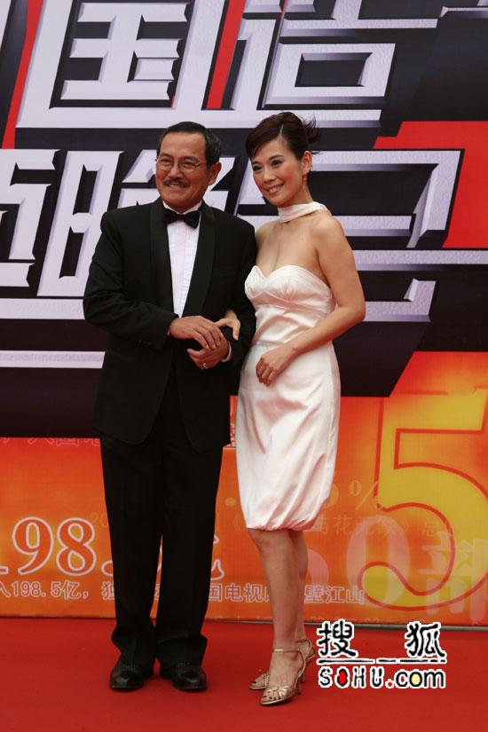 图片报道:陈松伶着白色小礼服出场