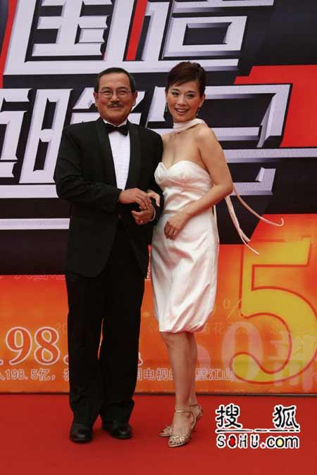 图片报道:陈松伶回首微笑