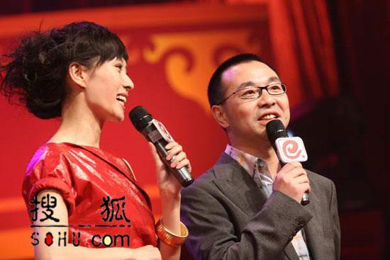 晚会现场:主持人李霞与刘仪伟