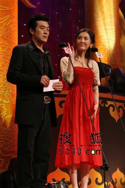 现场:杨子黄圣依颁发香港最受欢迎演员
