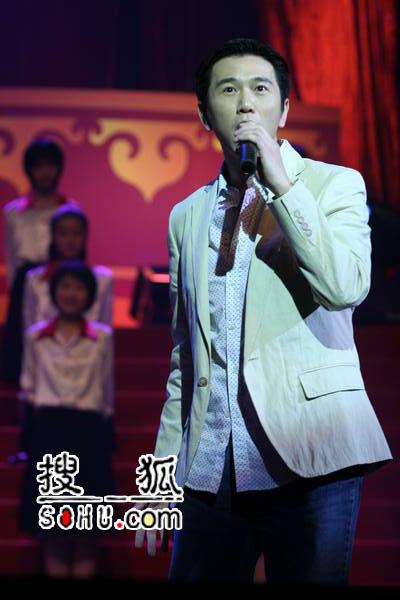 晚会现场:温兆伦陈松龄等演唱TVB金曲