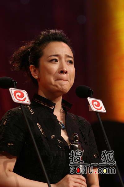 晚会现场:陈小艺发表得奖感言 激动泪流满面