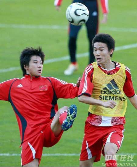 图文:中国队备战中法友谊赛 李金羽与曹阳对抗