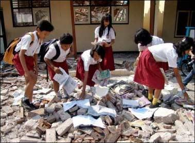 印尼地震灾区民众接受疫苗注射以防破伤风疫情