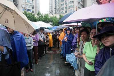高考首日降小雨 上海考点启动应急预案服务考生