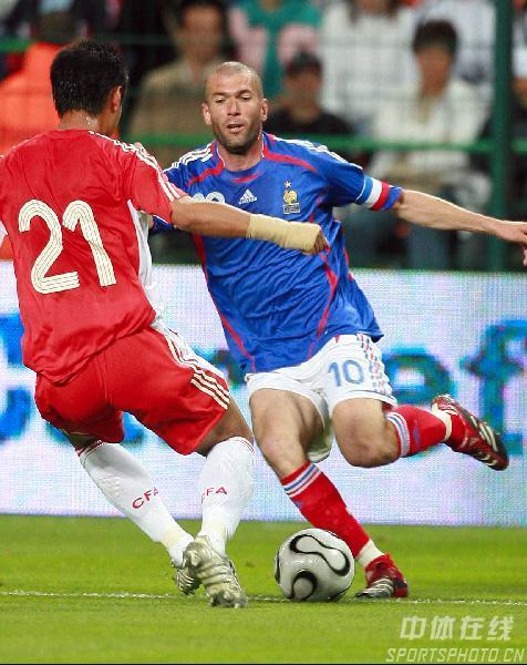 图文:法国VS中国热身赛 齐达内带球过人