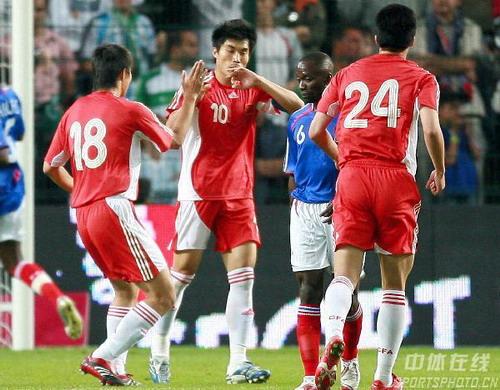 图文:法国VS中国热身赛 郑智庆祝进球