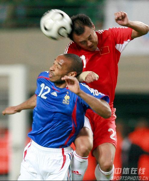 图文:法国VS中国热身赛 徐云龙与亨利争顶