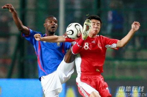 图文:法国VS中国热身赛 董方卓与阿比达尔争抢