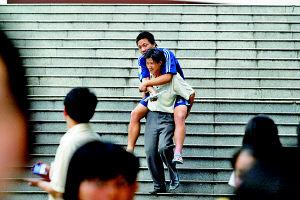 重庆考生臀部生疮 学校特许趴在凉席上答题(图)
