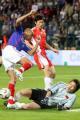 图文:世界杯热身赛法国VS中国队 李蕾蕾躲一劫