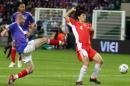 图文:世界杯热身赛法国VS中国 齐达内积极拼抢