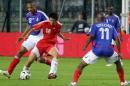 图文:世界杯热身赛法国VS中国队 小董护球