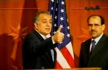 图文:美国大使在会议上作出胜利手势竖起拇指