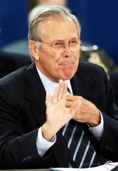 图文:美国国防部长拉姆斯菲尔德挥手