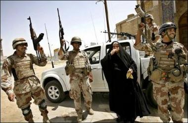 图文:伊拉克士兵和一名当地妇女一起庆祝
