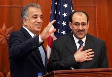 图文:美驻伊大使挥手 伊拉克总理欣慰