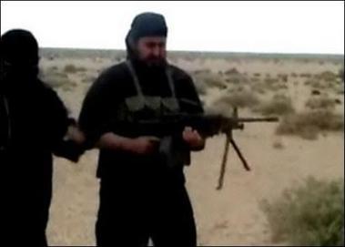 资料图片:扎卡维在录像中手拿步枪