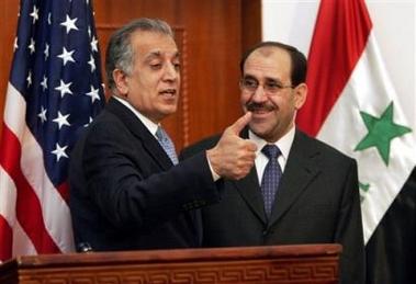 图文:美驻伊大使竖起大拇指
