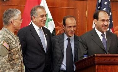 图文:伊拉克总理和美驻伊大使在一起很开心
