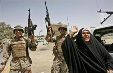 图文:伊拉克士兵和妇女在一起庆祝