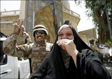 图文:伊拉克人得知扎卡维死亡后在一起庆祝