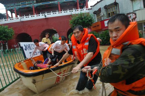 图文:建瓯市组织力量为受困群众送去食物和水