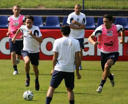 图文:意大利队进行开放式训练