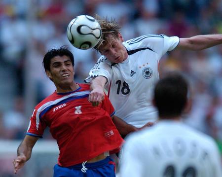 图文:德国4-2哥斯达黎加 双方队员争顶头球