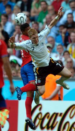 图文:德国4-2哥斯达黎加 施魏因施泰格争顶
