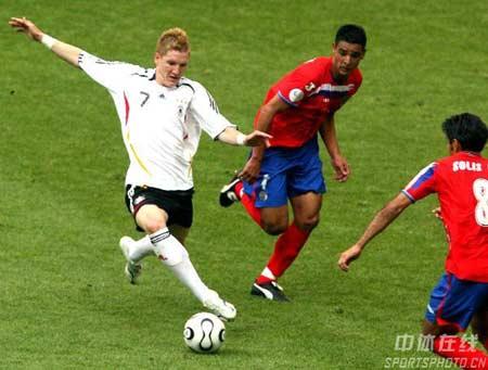 组图:德国4-2哥斯达黎加 现场激烈拼抢