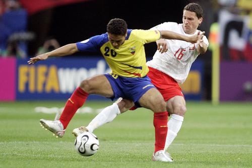 图为:波兰0-2厄瓜多尔 足球场上的交际舞