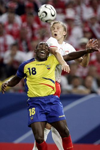 图为:波兰0-2厄瓜多尔 双方球员拼命抢点