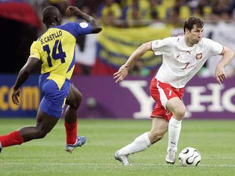 图文:波兰0-2厄瓜多尔 波兰球员带球过人