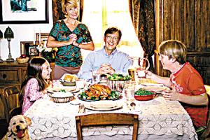 在晚上和家人一起吃饭