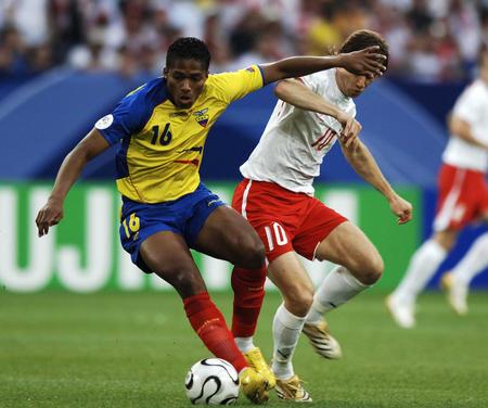 图文:波兰0-2厄瓜多尔 瓦伦西亚在比赛中拼抢