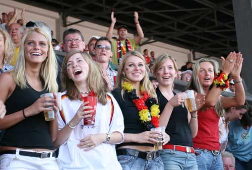 独家图片:球迷乐园万人同乐 德国美女也疯狂