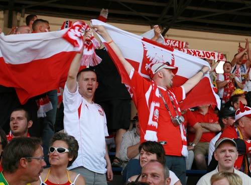独家图片:球迷乐园万人同乐 波兰球迷呐喊助威