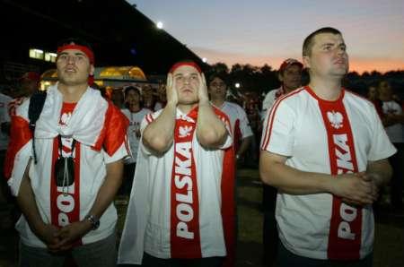 组图:波兰0-2厄瓜多尔 波兰球迷面容沮丧