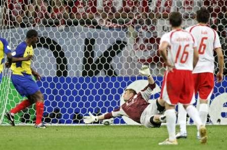 图文:波兰0-2厄瓜多尔  德尔加多进球瞬间