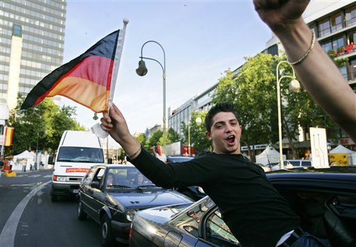 图文:德国4-2哥斯达黎加 德国球迷庆祝胜利