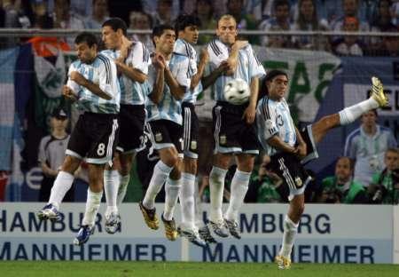 图文:阿根廷2-1科特迪瓦 双方队员争顶
