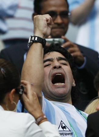 图文:阿根廷2-1科特迪瓦 球王马拉多纳风采