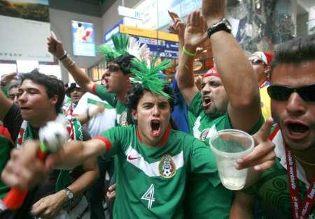 图文:墨西哥12日开战 球迷飞抵纽伦堡