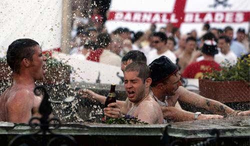 图文:英格兰球迷疯狂庆祝 大闹法兰克福