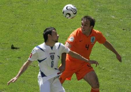 图文:荷兰vs塞黑 凯日曼欲拔脚怒射